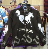 Коричневый свитер с конём