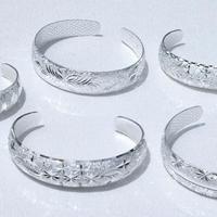 Белые браслеты