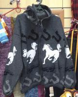 Серый свитер с лошадьми
