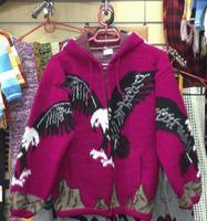 Ярко-малиновый свитер с орлом